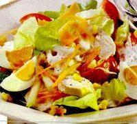 Salata cu pui si oua fierte