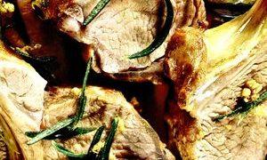 Cotlete în crustă de brânză Camembert cu varză roşie