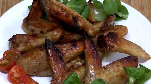 Aripioare de pui cu salata de varza