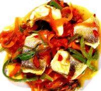 Dorada cu sos dulce-acrisor si fasii de praz si morcov