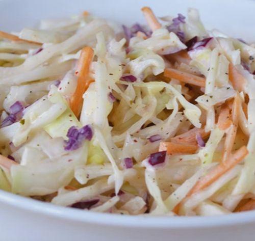 Salată din varză, prune şi nuci