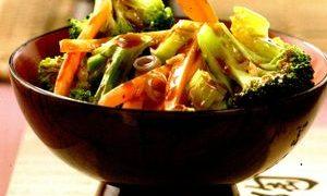 Legume în wok cu chifteluţe şi orez