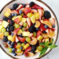 Salata de fructe cu sirop de zmeura