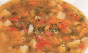 Supa de fasole rosie cu taitei din legume prajite si usturoi