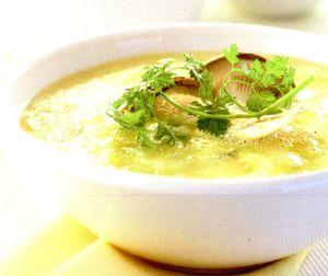 Supa de cartofi cu leurda, crutoane si prune uscate