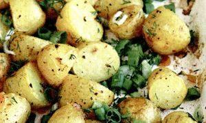 Cartofi la cuptor cu ceapa verde
