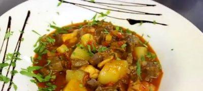 Gulas din soia si carnati