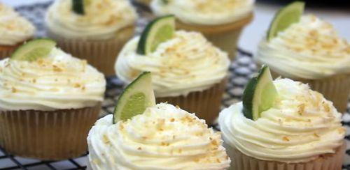 Prăjiturele cu lime, cocos şi fructul pasiunii