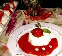 Panna cotta cu flori de soc din: frisca, zahar pudra, vanilie, flori de soc, gelatina, capsuni, menta