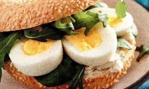 Sandwich_cu_oua_si_rucola