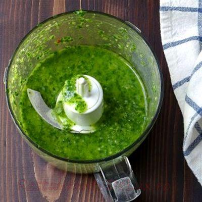 Cotlete de miel la gratar cu ceapa verde si sos pesto