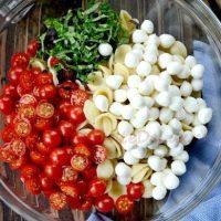 Salata arabeasca de rosii din: rosii, cartofi, castraveti, iaurt, ceapa, sos picant.