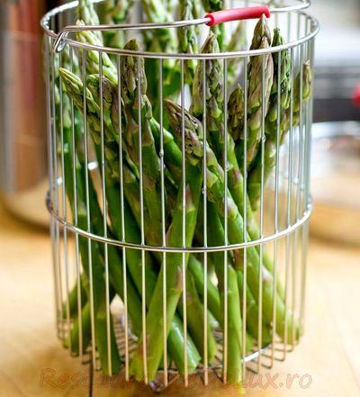 Sparanghel cu sos verde