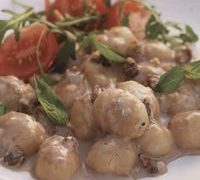 Gnocchi_with_Gorgonzola_and_walnut_sauce