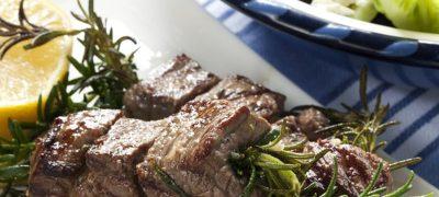 Pulpă de porc umplută cu ficat in foietaj cu garnitură de ciuperci sotate, sărmăluţe cu carne, gutui glasate şi sos de friptură