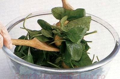 Salata verde cu tartine crocante cu branza de capra