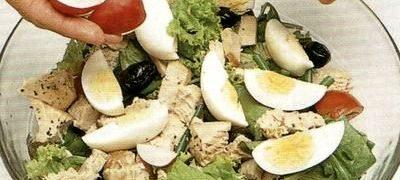 Salata cu oua de prepelita si pui