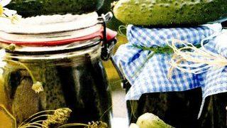 Castraveti cornison in saramura