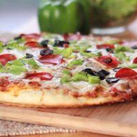 Pizza cu salam si rucola