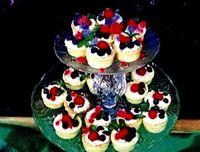 Minitarte cu fructe de padure si flori
