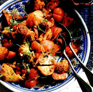 Salata de rosii cu ardei gras si paine uscata