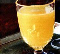 Combinâ 50 ml vermut cu 100 ml suc de ananas şi zeama de la o lămâie. Porţionează în pahare răcite şi completează cu Prosecco.
