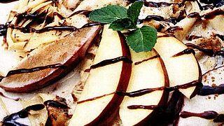 Clatite cu mere glazurate si sos de scortisoara