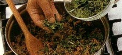 Rasol de gaina cu garnitura de legume si sos de hrean