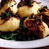 Galuste de cartofi cu pastrama de porc