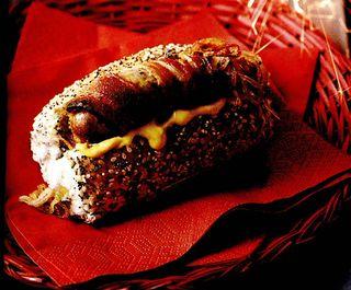 Hotdog cu sos de ketchup si mustar