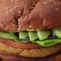 Burger vegetariancu salata