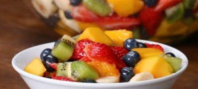 Salată asortată din fructe cu boabe