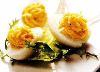 Ouă umplute cu file afumat cu garnitură de budincă de urzici