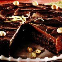 Tort de ciocolata cu blat insiropat cu cafea