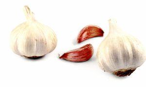Usturoi conservat cu ierburi aromate