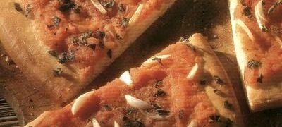 Pizza cu aluat de cartofi si cu sunca si cascaval