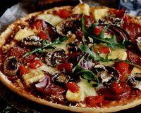 Pizza cu ciuperci, mozzarella, măsline, rucola şi creveţi