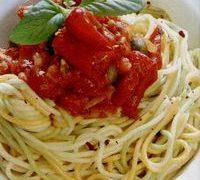 Spaghete napoletane cu parmezan si frunze de rucola