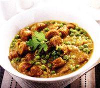 Mancare de mazare cu carnati si curry