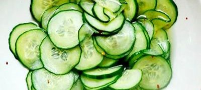 Salata de castraveti cu fulgi de ardei iute