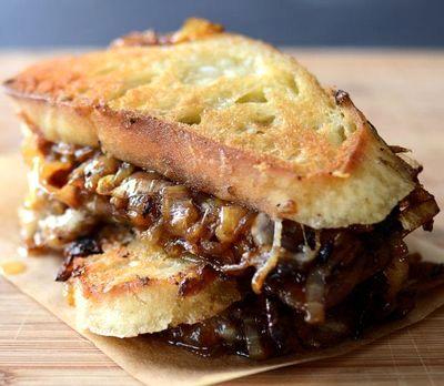 Sandwich cu ceapa caramelizata si branza