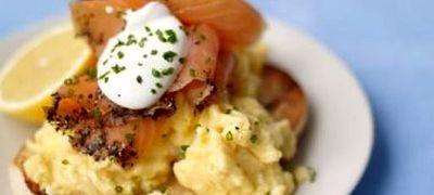 Chifle cu somon si omleta de Jamie Oliver
