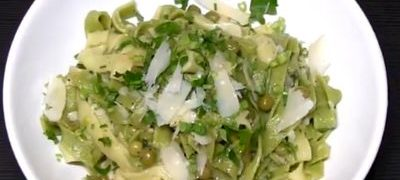 Cum se prepara Paste cu usturoi, mazare, parmezan