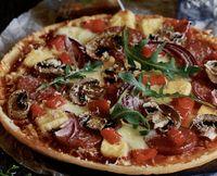 Pizza cu salam, ciuperci si rucola