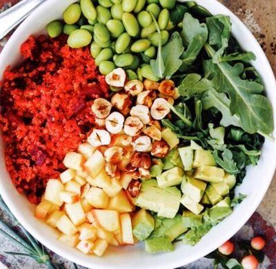 Salata calda de quinoa cu sfecla rosie
