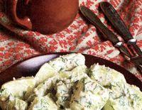 Salată de cartofi şi sfeclă roşie cu peşte