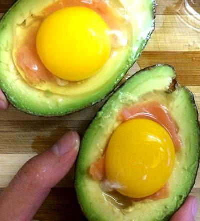 Avocado umplut cu ou si somon afumat