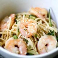 Salata calda de noodles cu creveti