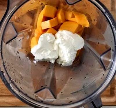 Smoothie de mango cu frunze de menta