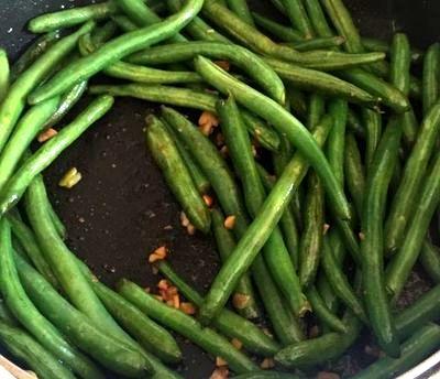 Sote de fasole verde cu usturoi si sos de soia